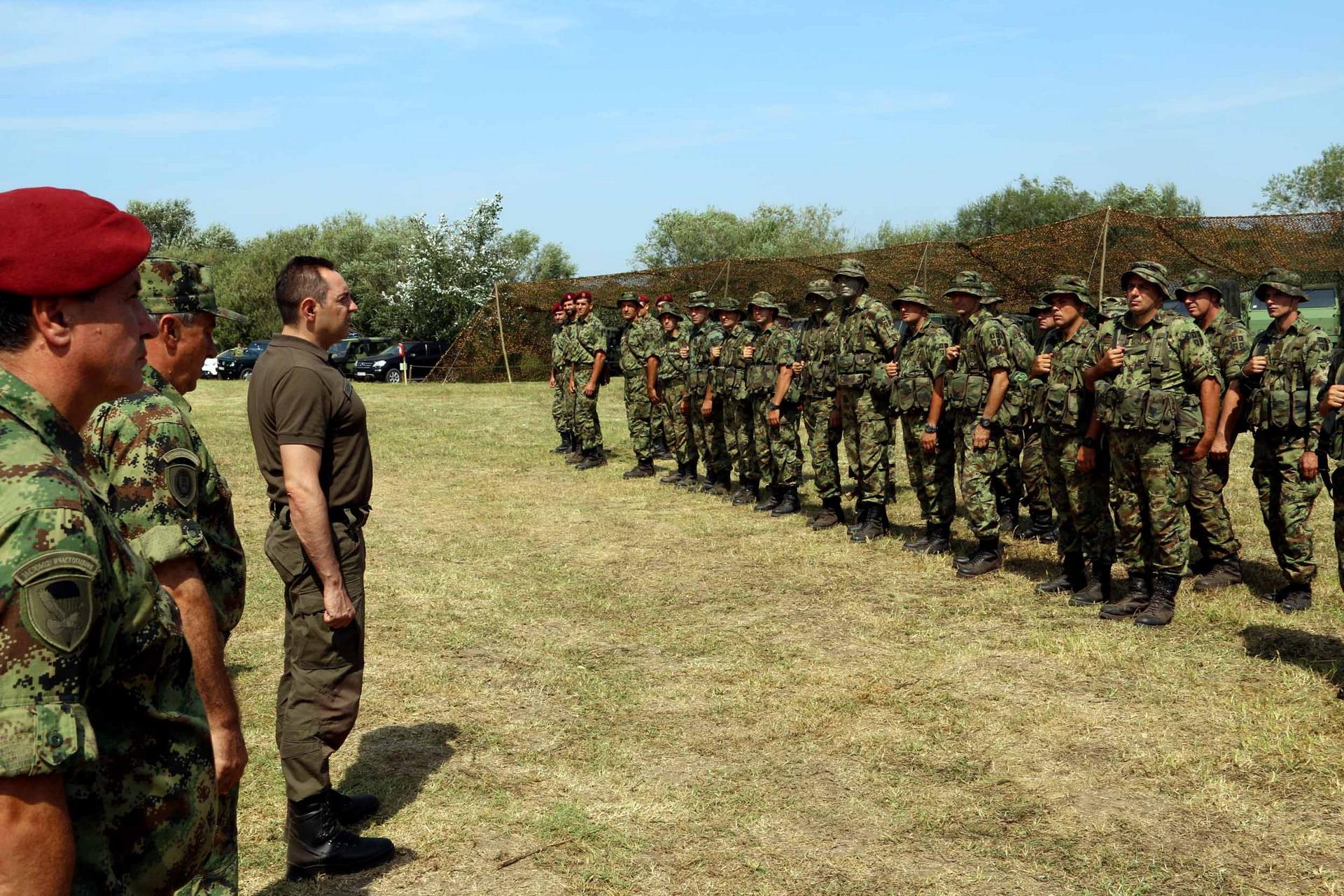 Ministar Vulin i general Diković obišli obuku 63. padobranskog bataljona, 24. avgusta 2018. godine u Deliblatskoj peščari | Foto Srđan Hajster, MC Odbrana