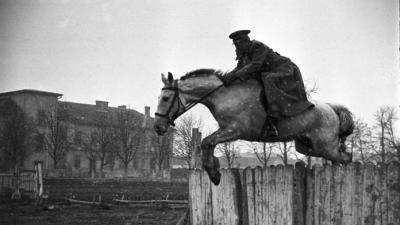 U konjičkoj školi u Vršcu, 1951.