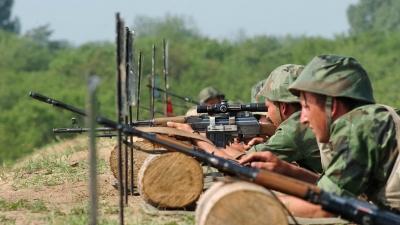 Gađanje vojnika Centra za obuku Kopnene vojske snajperskom puškom M 76 i mitraljezom M 84, na poligonu