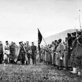 Tito_predaje_zastavu_Prvoj_proleterskoj_brigadi.jpg