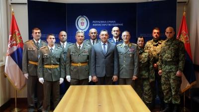 Ministar Vulin i general Mojsilović sa istaknutim pripadnicima Vojske Srbije