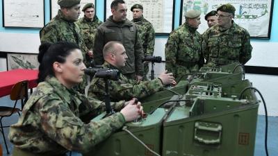 Министар Вулин и генерал Мојсиловић у посети касарни у Бачкој Тополи